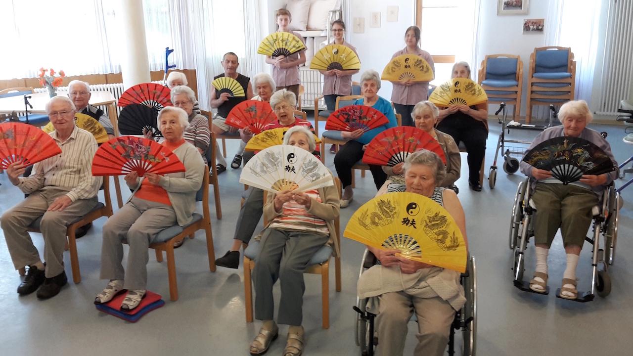 Übende aus dem Seniorenzentrum Bühlertal mit Schülern der Heimschule Lender und des Windeck-Gymnasiums
